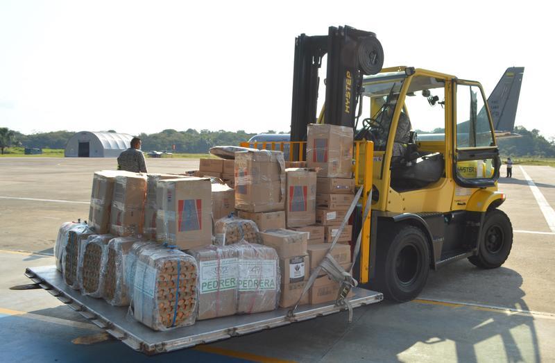 Avión Casa-295 de su Fuerza Aérea, sigue llevando ayudas humanitarias a las áreas no municipalizadas del Amazonas