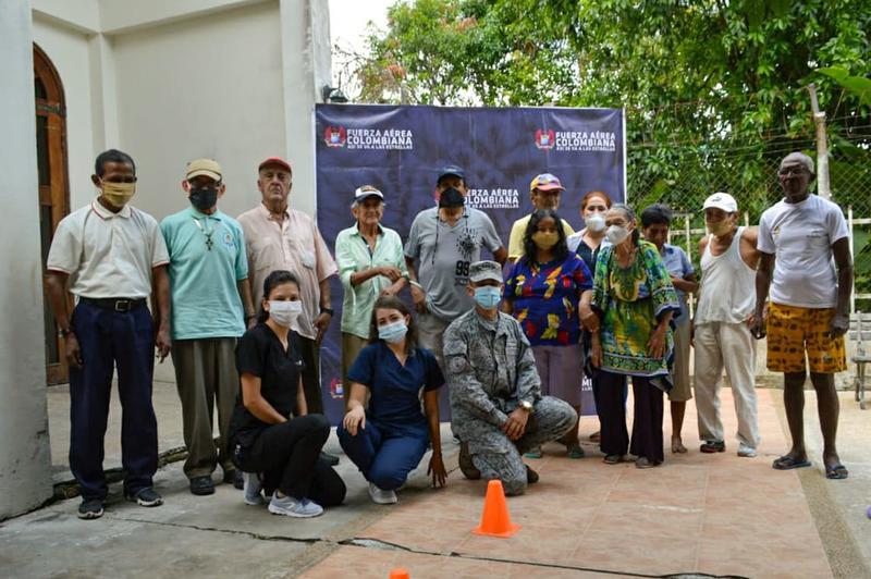 Adultos mayores de Leticia reciben ayudas humanitarias por parte de su Fuerza Aérea Colombiana