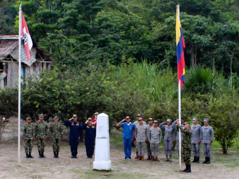 Fuerzas Militares de Colombia izan el Pabellón Nacional en el hito fronterizo con Perú