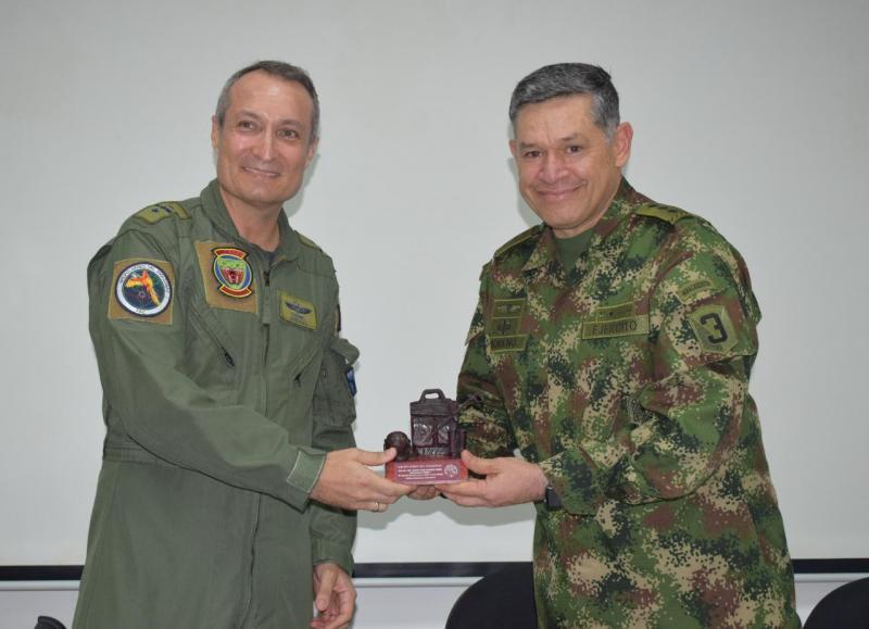 Comandante del CCON3 visita el Grupo Aéreo del Amazonas