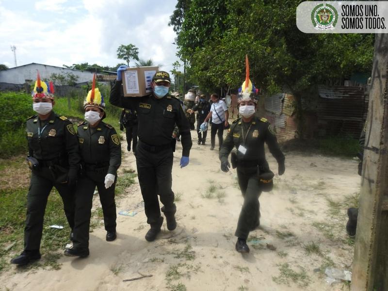 """POLICÍA NACIONAL EN EL AMAZONAS APOYA CAMPAÑA PRESIDENCIAL """"COLOMBIA ESTÁ CONTIGO"""""""