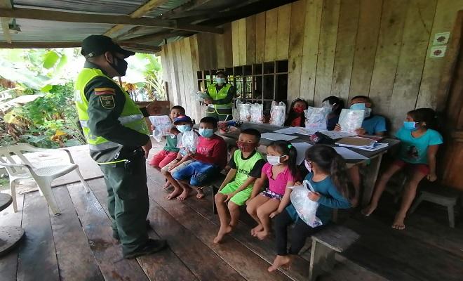 ENTREGAMOS LIBROS Y ÚTILES ESCOLARES A NIÑOS Y NIÑAS DE UNA COMUNIDAD ÍNDIGENA A LA RIBERA DEL RÍO AMAZONAS
