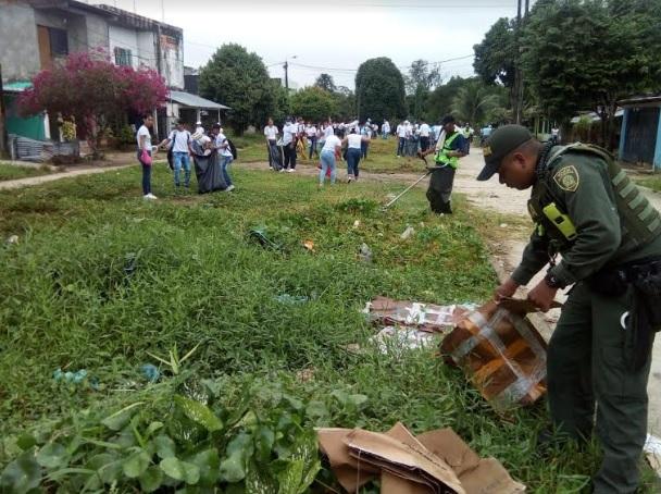 Personas en limpieza de calles en barrios de Leticia