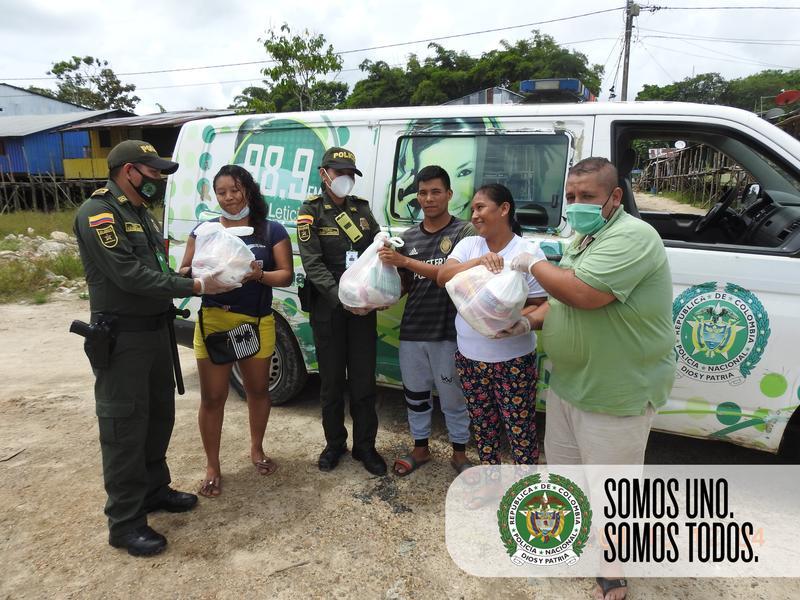 LA RADIO POLICÍA EN EL AMAZONAS SE UNE CON EL COMERCIO EN LA ENTREGA DE AYUDAS HUMANITARIAS DE EMERGENCIAS
