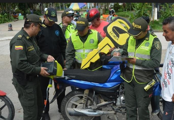 Personal de la policia en controles de calle