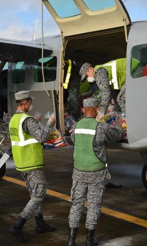 Canastas nutricionales para niños del Amazonas son transportadas por su Fuerza Aérea al corregimiento de La Pedrera