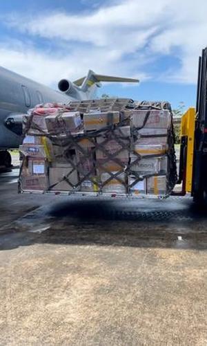 Más de tres toneladas de útiles escolares fueron transportados por su Fuerza Aérea Colombiana