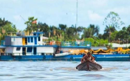 Amazonense en una canoa