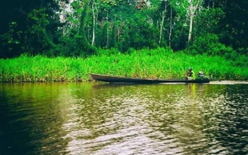 Persona en una canoa por el rio Amazonas