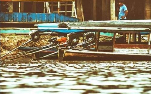 Personas en una balsa por el rio Amazonas