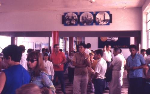 personas al interior del aeropuerto de Leticia