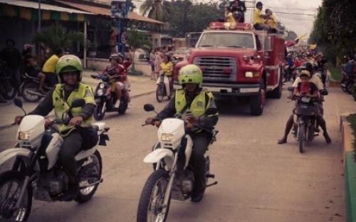 Policias en motos en caravana