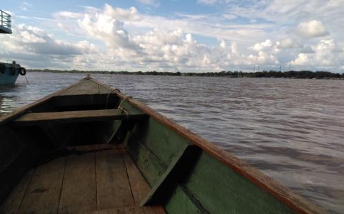 Canoa en el rio Amazonas