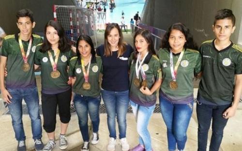 Deportistas del amazonas con sus medallas