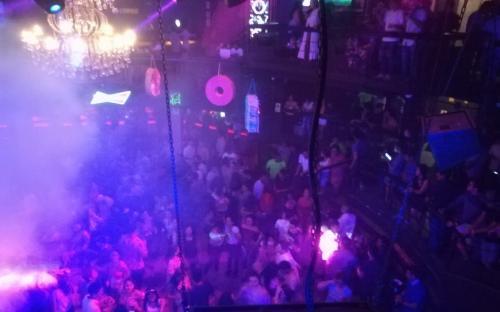 Discoteca funcionando en horas de la noche