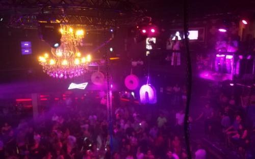 Discoteca con luces violeta en plena fiesta
