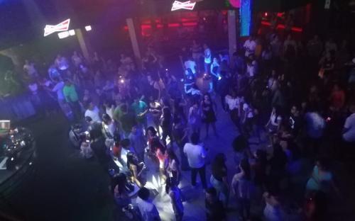 Discoteca con luces azules