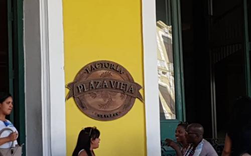 Persona en una cafeteria de Cuba