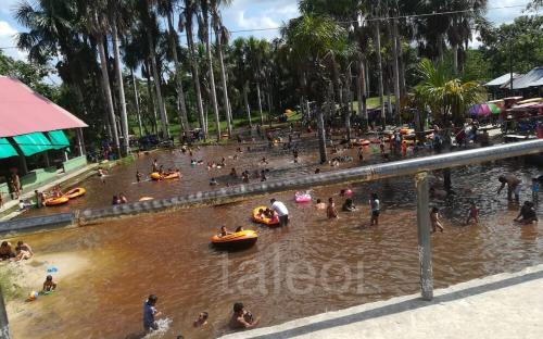 Personas nadando en el balneario correntillo