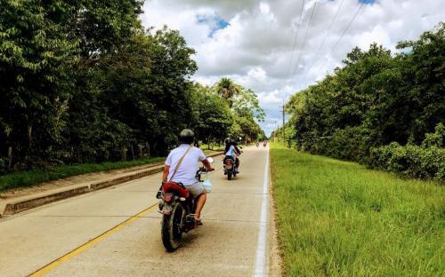 Persona en una moto fotografiando la carretera