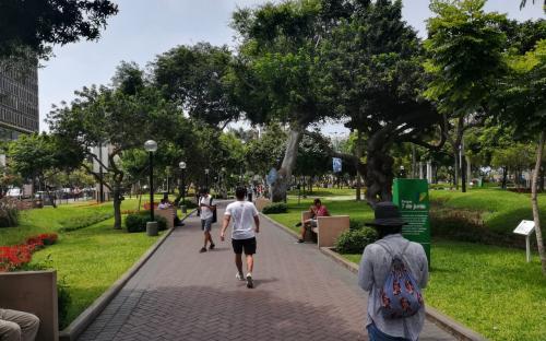 Persona caminando por parque en Lima
