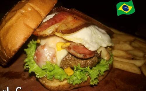 Una hamburgesa en una mesa