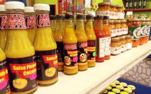 Frascos de comida en una repisa de un supermercado