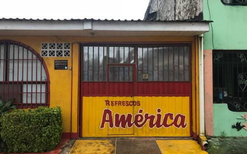 Frente de la fabrica de Refrescos America