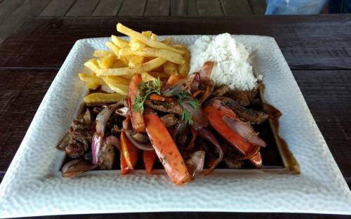 Comida servida en un plato blanco