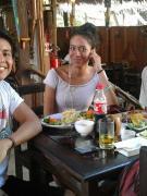Personas en un restaurante en Iquitos comiendo en una mesa