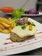Plato con comida en una mesa