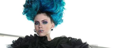 Mujer de cabello verde