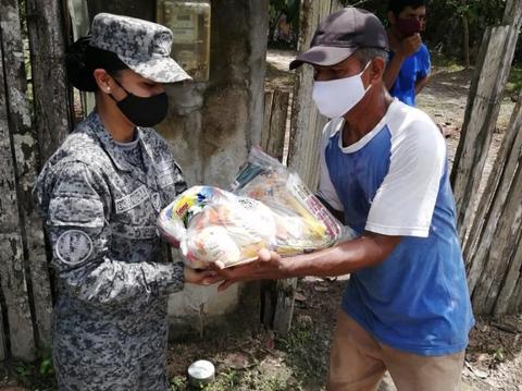 Familias del barrio San Miguel de Leticia recibieron ayudas humanitarias por parte de su Fuerza Aérea Colombiana