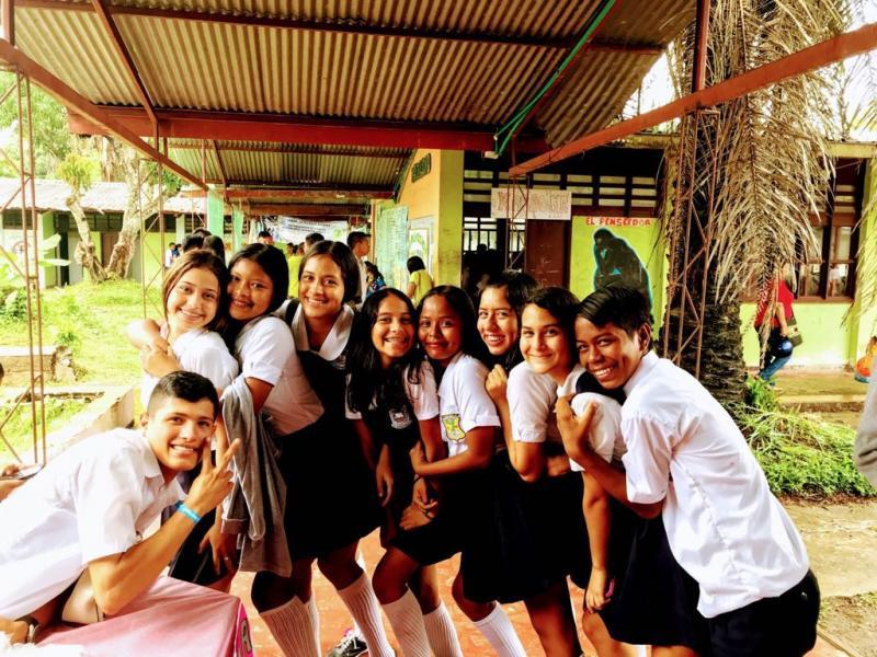 Estudiantes en Día de la ciencia, tecnología y emprendimiento