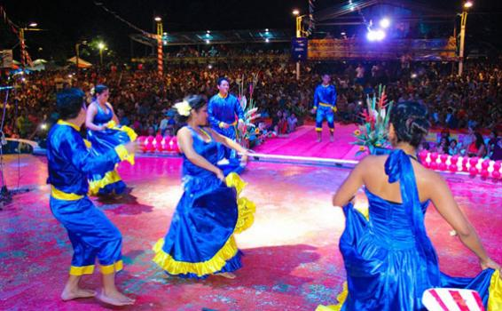 Personas bailando en una tarima del parque Orellana