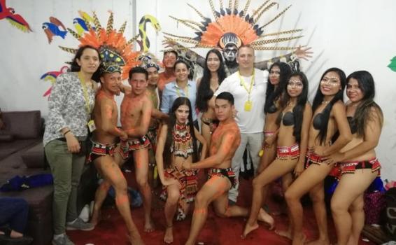 Personas en traje tipico del Amazonas