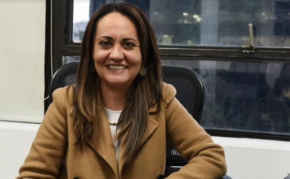 Maria Claudia en una oficina