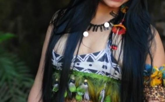 Un indígena y un Guacamayo