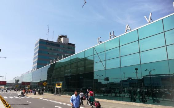 Persona fotografiando entrada del Aeropuerto Internacional Jorge Chavez