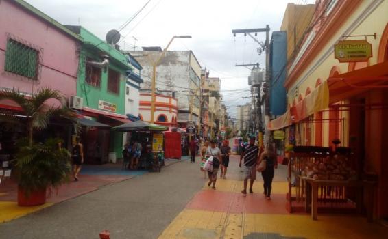 Pessoas andando pelas ruas de manaus