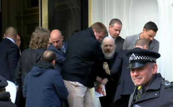 Personas al lado de Julian Assange