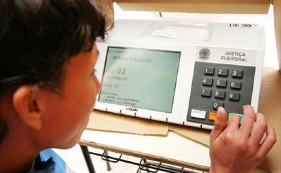 Criança votando eletronicamente