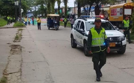 Personas marchando por la avenida internacional de Leticia