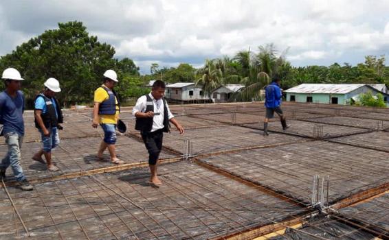 Vice prefeito Plinio acompanhando o trabalho de construcao