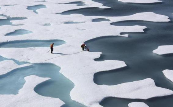 Persona en una placa de hielo derritiendose