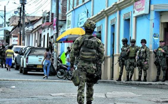 Militares en calles de Corinto
