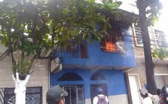 image for Casa de dos pisos es consumida por las llamas