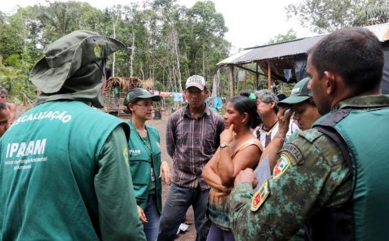 Pessoas reunidas em uma fazenda