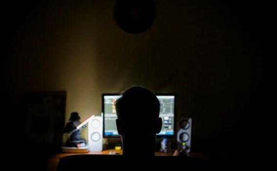 Pessoa na frente de um computador