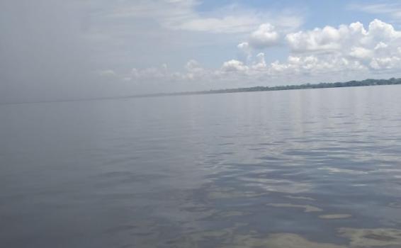 Proximo a llover en el rio Amazonas